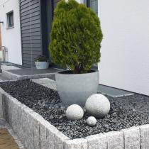 Pflegeleichte Vorgartengestaltung aus Granitstein (hell und anthrazit), Treppe aus Würfeln, Hochbeet mit Stelen
