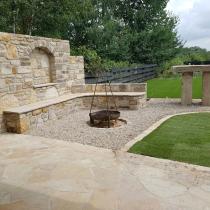 Grillplatz / Außenküche aus Sandstein. Sichschutzmauer, Sitzmauer und Stehtisch aus Sandstein