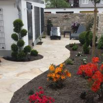 Gartengestaltung mit Mauern und Terrassenplatten aus Sandstein
