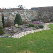 Sichtschutzmauer und Rasenkante aus Sandstein, Beetgestaltung in Rindenmulch