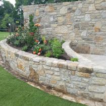 Hochbeet und Sichtschutzmauer aus Sandstein, Rollrasen