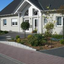 Beplanzungsgesamtkonzept und Beetkante aus Granit, gefächert