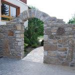 Torbogen aus Naturstein, Weg aus Quarzitplatten