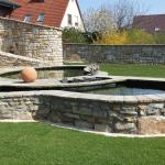 Teicheinfassung und Sichtschutzmauern aus Naturstein