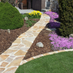 Weg und Rasenkanten aus Quarzitplatten