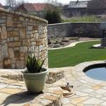 Terrasse und Teicheinfassung aus Sandsteinplatten, Mauer aus Sandstein