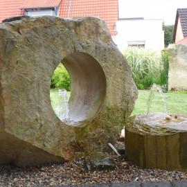 Sprudelstein aus zwei Sandsteinelementen