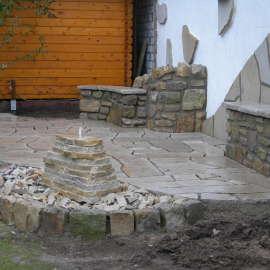 Sprudelstein aus geschichteten Sandsteinplatten