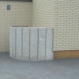 Hinter diesen Granitstelen versteckt sich der Zugang zur Kellertreppe