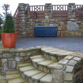 Sandsteinmauer mit integrierten Holzelementen, Sandsteinmauer mit integrierten Holzelementen