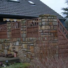 Sandsteinmauer mit integrierten Holzelementen, Ansicht von außen