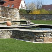 Sandsteinkonzept: Gartenmauer als Sichtschutz und als Windschutz, Gartenteich für Koikarpfen mit drei unterteilten Becken und Filterbeckenkammer
