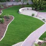Rollrasen, Rasenkante und Banksitzfläche aus Quarzit, Natursteinmauer und Einfassung, Sprudelstein im Kiesbeet